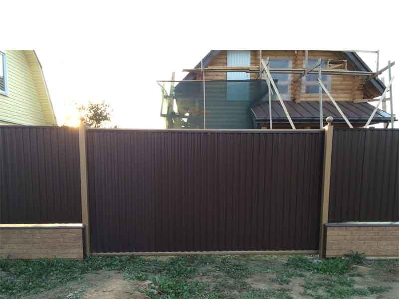 Кирпичный забор с воротами из профлиста