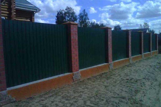 Кирпичный забор с профнастилом