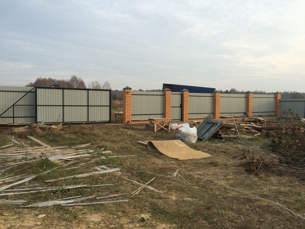 Кирпичный забор и откатные ворота