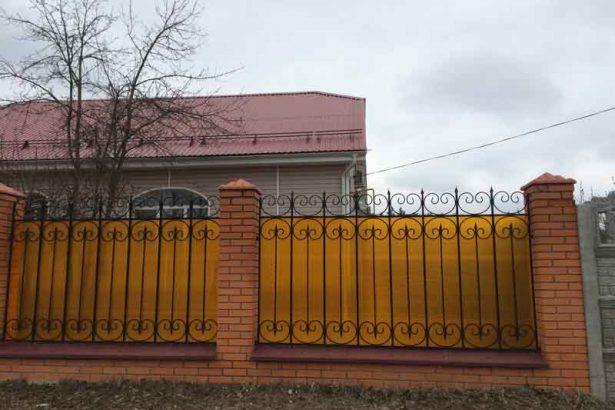 Кирпичный забор со сварными вставками