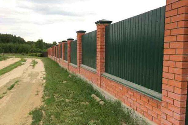 Забор из кирпича с профнастилом