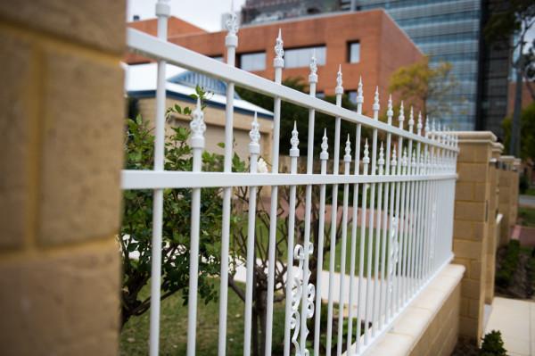 Алюминиевый или стальной забор