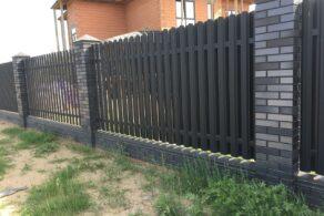 Кирпичный забор с евроштакетником